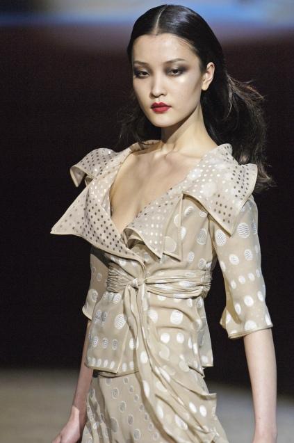 摩丝的美国著名时尚期刊《w杂志》,最近邀请时尚新宠儿杜鹃为其8月份