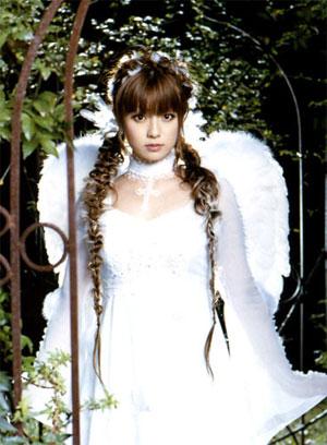 罗马式卷发搭配缠绕其间的白色羽毛,如同天使般清秀而诱人(新浪伊人图片