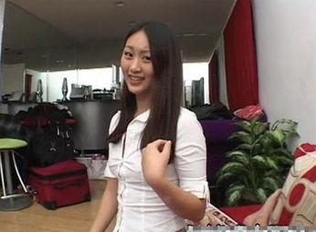 中国女孩在美国拍A片遭视频涂抹(图)口红网友炮轰图片