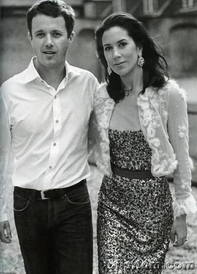丹麦二王妃_47岁丹麦王妃花灰色裹身裙尽显好身材,比梅根低调优雅