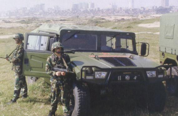 中国日报网环球在线消息:家喻户晓、声名显赫的悍马(Humvee)被称为军中计程车,以其多用途和高机动性闻名,是美军唯一具有高机动性的、被国际评为当代最优秀的军车。美军对高机动性的要求是,以非常规的动力和越野通过性,快速顺利通过坏路、无路面的地方。近几年,世界上许多国家对这类车青睐有加,2002年以来,奥、俄、日、法、意先后推出了同类产品。 中国猛士高机动多用途轮式车由东风公司研制,以HumveeA2为目标车型,并吸取其他国家车型的优点作为起点。在目标车型的基础上,部队提出了更高的研制要求,多