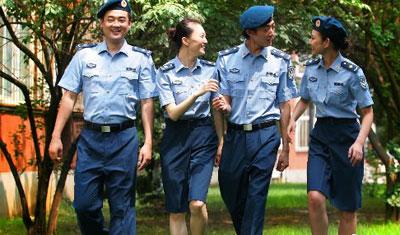 """7月31日,中国人民解放军空军政治部文工团演员试穿""""07式""""新军装图片"""
