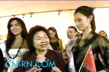 北京 陈菊/刘晓鸥站在身边,陈菊顾左右而言他,就是不敢面对五星红旗。