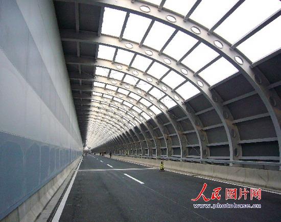 /enpproperty-->  俯瞰约千米长的半椭圆形隔音屏纵跨北京动物园上空,似一条银色的蛟龙显得格外壮观!  中国日报网环球在线消息:11月13日,一条长约千米的半椭圆形隔音屏南北向纵跨北京动物园上空,这是为了避免给动物带来噪音而精心设计的。它是京城第一条全封闭隔音屏道路,银灰色的空中通道似飞跃的蛟龙显得格外壮观!  漂亮的隔音屏内部景观  隔音屏外部景观  隔音屏入口景观 (来源:人民图片网 编辑:肖亭)