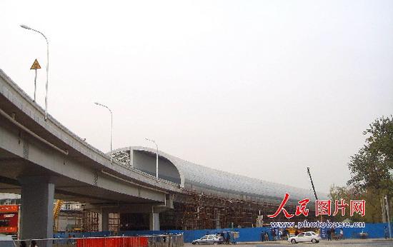 11月13日,一条长约千米的半椭圆形隔音屏南北向纵跨北京动物园上空,这
