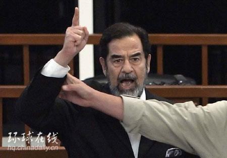 11月5日,萨达姆听到判决后举起手颤抖地高呼,旁边