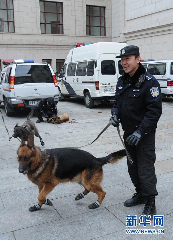 议的顺利召开,安保人员带领警犬在人民大会堂展开细致的安检工作