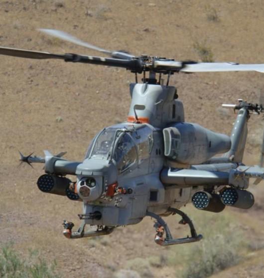 贝尔直升机公司生产的AH-1Z毒蛇直升机 据美国《军用航宇电子》网站2011年3月下旬报道:美国海军陆战队的AH-1Z眼镜蛇直升机已具备初始作战能力。AH-1Z是海军陆战队用于替换其现有的AH-1W攻击直升机的机型,在AH-1W的基础上进行了大量改进,换装了4片复合材料桨叶的旋翼系统及配套的传动系统、4片桨叶的尾桨、全显示驾驶舱,并加长了短翼,使每个短翼上增加了一个外挂点,并对起落架进行了改进。其挂载武器时的任务半径比 AH-1W提高了20%。 AH-1Z是H-1升级项目中的一部分,另
