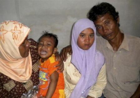 女孩 年后/失踪7年后,瓦蒂(右二)再次和家人团聚。