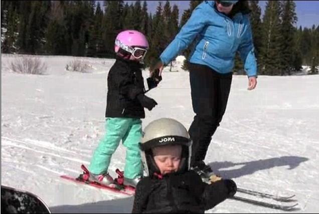 小博德在学习滑雪时站着睡着了。  博德似乎睡得很香。  博德的家人(右下角)凑上前去查看。  博德终于仰面躺倒。  家人急忙前去扶起摔倒的博德。 据英国《每日邮报》网站3月27日报道,近来一段一个小宝宝在滑雪时难掩浓浓睡意、居然站着睡着了的视频在网上走红。这名被视频拍摄者称为博德的小男孩可能是上完滑雪课后实在太累了,于是只见他闭着双眼站在滑雪橇上晃晃悠悠地往前滑,最后终于仰面倒地,并大哭了起来。 拍摄视频的家人在发现小博德站在雪橇上打盹时一边笑着一边大喊说:快看呐,博德站着睡着了,他入睡可真快啊!