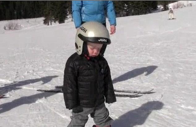 可爱滑雪小男孩站着入睡 视频走红萌翻众网友