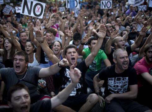 """反对政府削减薪酬 西班牙公务员穿""""丧服""""游行抗议"""