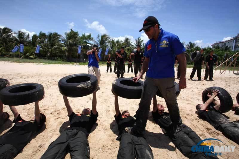 2012年7月30日,海南三亚皇后湾,保镖学员正在训练. (海口 摄)