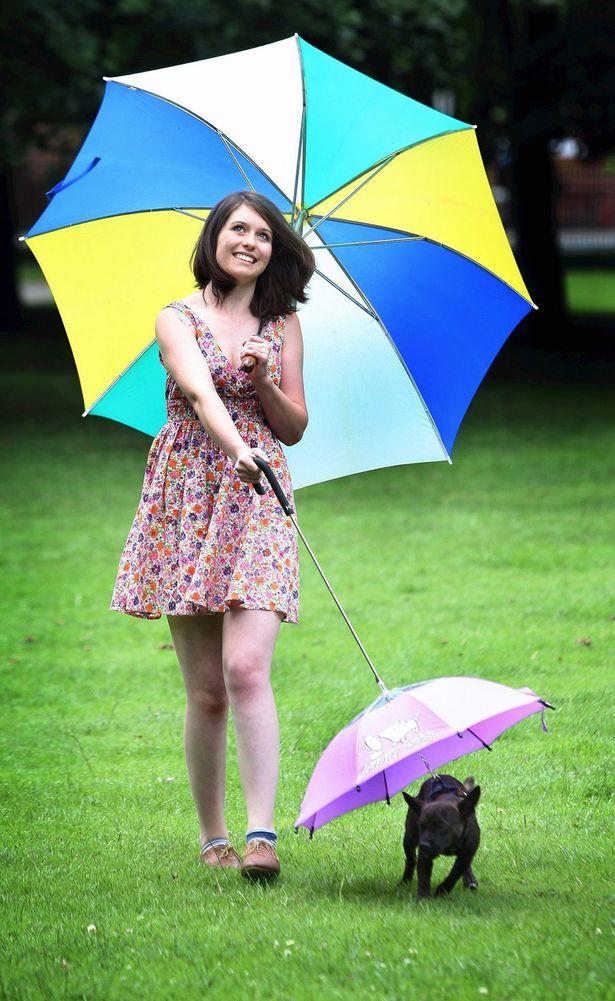 贾维斯在宠物伞的帮助下可以在户外开心地玩耍了  夏洛特史密斯和她的爱犬贾维斯  贾维斯之前拒绝在下雨天离开屋子,不过有了宠物伞后则很愿意出外散步了 近段时间,英国一些地方一直是阴雨天气,这给不少养狗人士出了一个难题,因为他们无法带着爱犬出门散步。为了不让狗狗淋湿,英国的几家宠物店推出狗狗专用雨伞。 据国外媒体8月2日报道,这种雨伞是由意大利一家公司生产的,和普通的雨伞不同,宠物伞的伞柄在伞的顶端,主人在使用时只需将小狗拴在伞下的链子上,就可以让小狗打着伞散步了。 曼彻斯特的贝蒂布奇宠物商店目前正在销售这