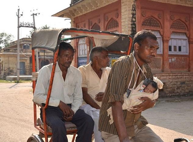 印度车夫身世催泪 妻子难产去世独抱新生儿踩三轮