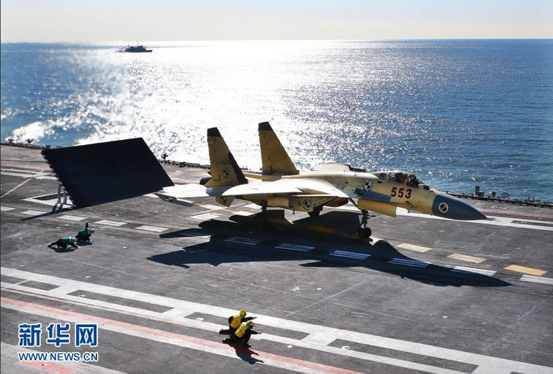 """歼—15飞机在""""辽宁舰""""上滑跃起飞.新华军事记者查春明摄"""