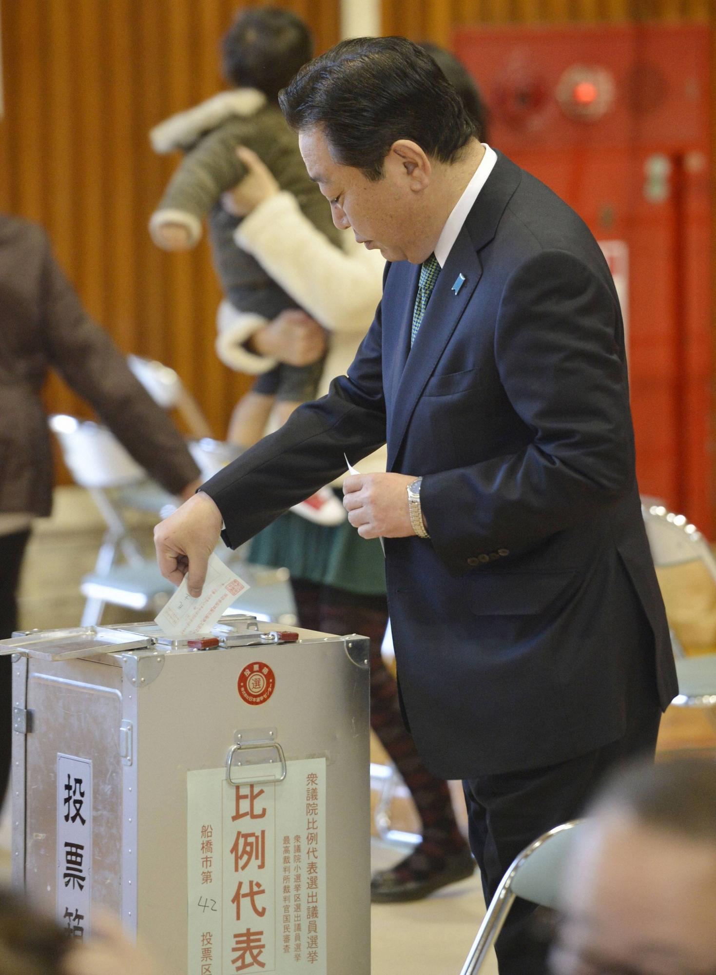 日本 田佳彦/12月16日,日本民主党党首、首相野田佳彦在千叶县船桥市投票。