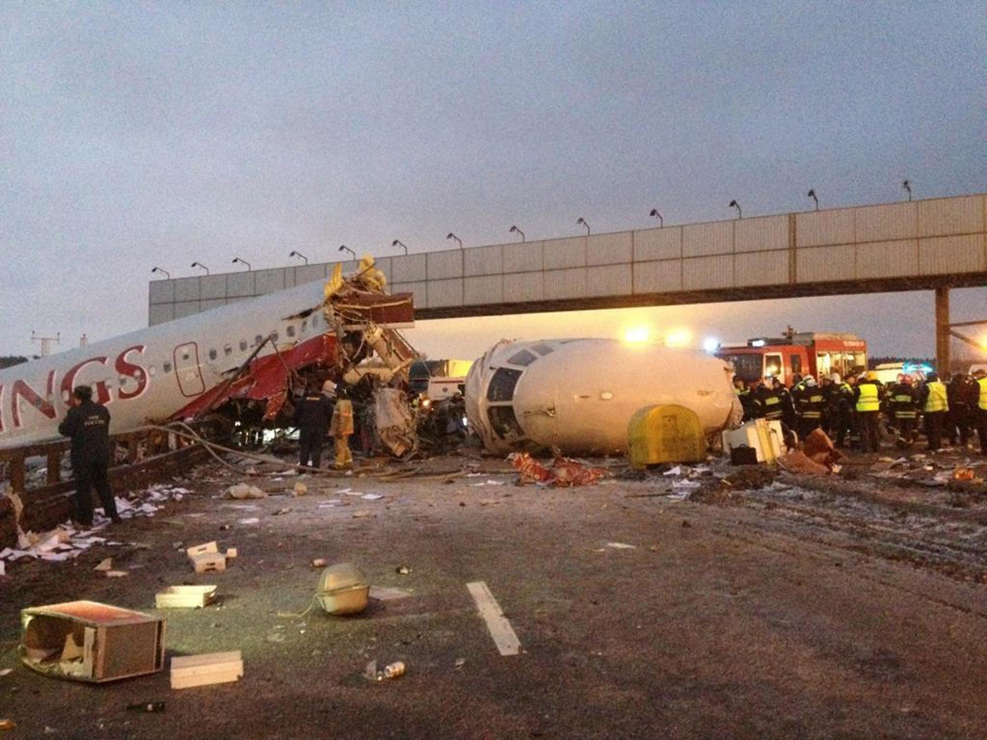 俄客机降落时冲出跑道断裂至少4人死亡 或驾驶员失误所致图片