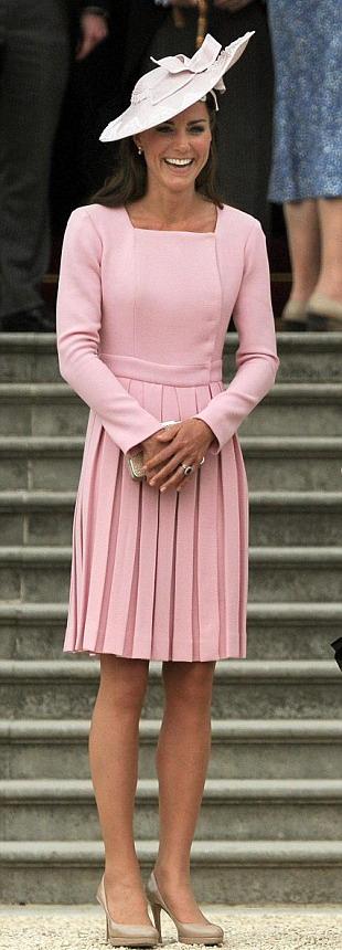 凯特/凯特身着粉色百褶裙参加英国白金汉宫花园派对,仪态万方。...