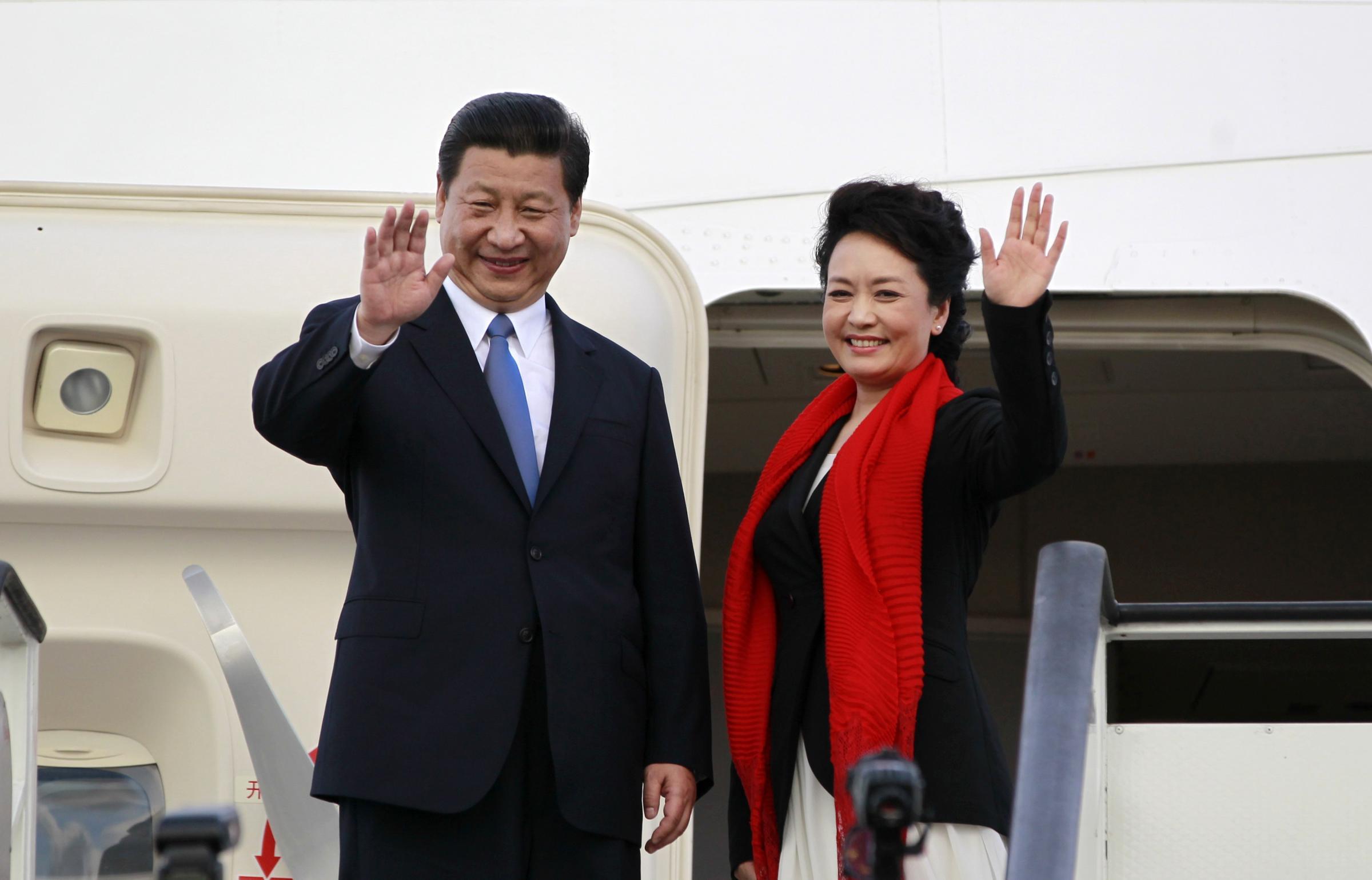 中国国家主席习近平与夫人彭丽媛出访.
