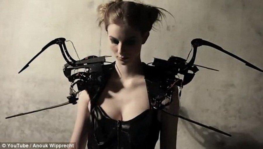 雷彻特是服装设计领域的后起之秀,她致力于探索时尚与科技的完美结合.