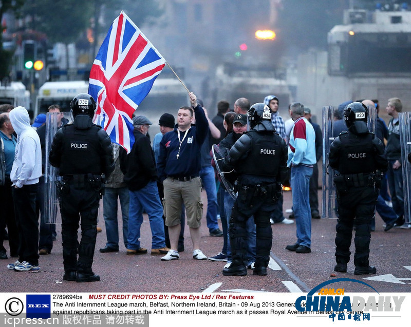 北爱尔兰首府发生骚乱 游行者焚烧车辆(图)