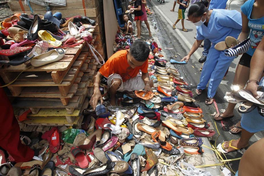 人民币 马尼拉/马尼拉的积水消退之后,一贫民区里有人将从洪水中捡起的女式...