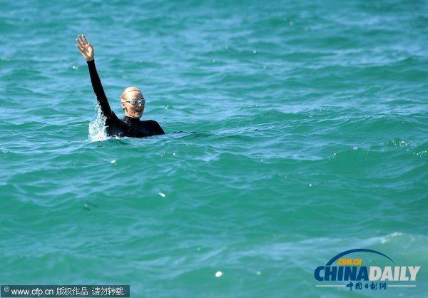 摩纳哥夏琳王妃亲自下海 美人鱼宣传水上安全意识(组图)