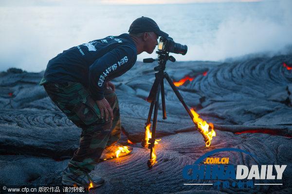 水火交织 摄影师冒险近距离拍摄岩浆入海震撼照