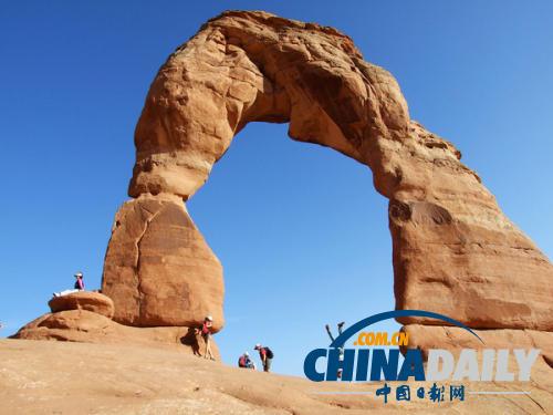 中国游客在美国拱门公园内摔伤