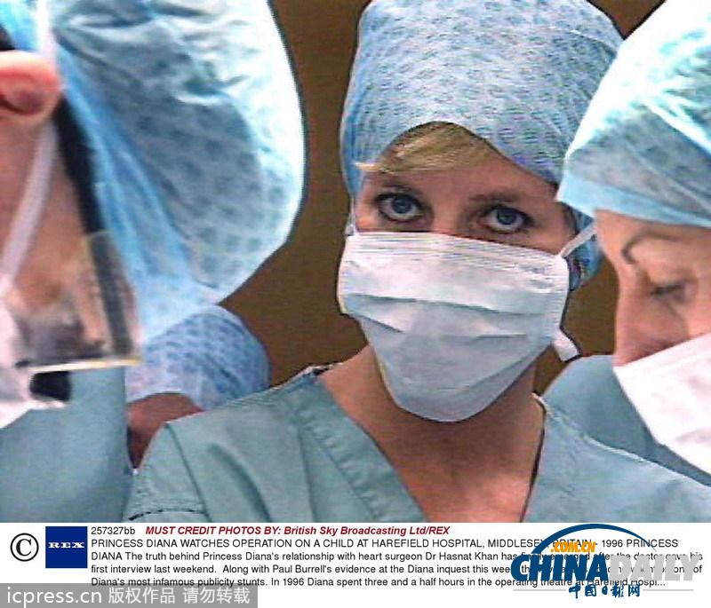 在哈瑞福德医院穿着手术医生的服装看hasnat khan 医生为一儿童做手术