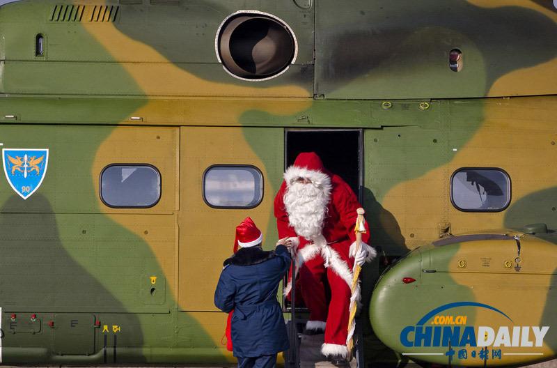 罗马尼亚圣诞老人天降空军营地 为军属儿童送礼物