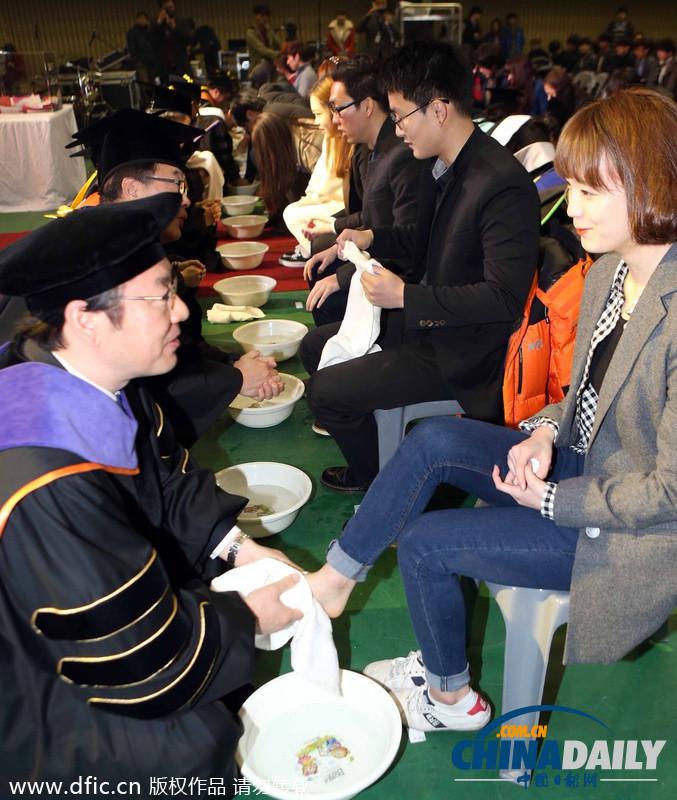 韩国教授为学生洗脚_韩国大学校长教授为学生集体洗脚表达关爱(图)[1]- 中文国际