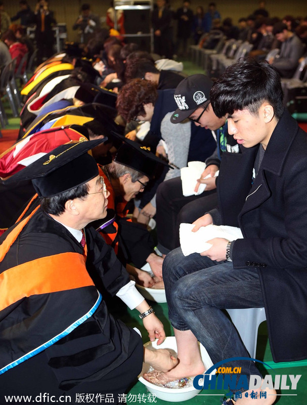 韩国大学校长教授为学生集体洗脚表达关爱图