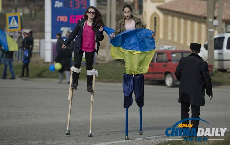 米亚亲乌街道v街道抗议民众在女孩上踩高跷[1美女图片生牲图片