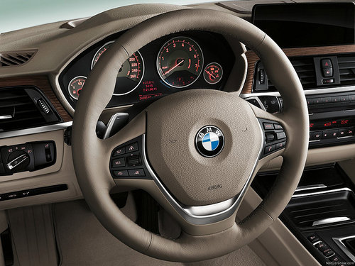 图片为2012款宝马新3系车型的三幅式方向盘