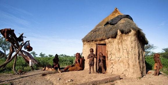 奥普沃纳米比亚西北部与安哥拉交界的库内内河流域科可兰德地区,如今的红泥人部落,人数不足两万,除了脱离了母系氏族,一切都保留着原始的生活形态。他们以畜牧种植为生,除了雨水丰沛的雨季,过去男人常年外出放牧狩猎,女人留守,现在男人们也开始外出打工挣钱了,女人依然在家里操持家务。辛巴人没有图腾,他们崇拜祖先、崇拜火,祖先火是维系民族的精神核心。一个家族结成一个部落,一个村子基本就是一户人家。家族制是唯一的社会制度保障,家族长老,确切的说是长老团,掌管着一切,包括判定惩罚、经济规划、行政组织,不过头领一般都是女人