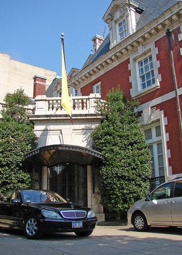 大使馆是一个国家的象征,大使馆的造型一般又都具有各国本身的文化特色。因此,大使馆成为了一面窗口,向世界展示着各国独特的文化魅力。瑞士驻美国大使府邸。  哥伦比亚共和国驻美大使馆