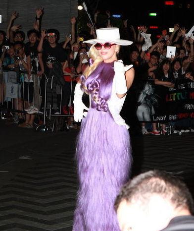 LadyGaga抵港紫色头发裙建造裸背秀视频[1]纹身师一级最新亮相图片