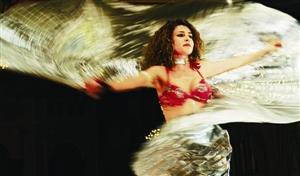 肚皮舞的土耳其文叫oryantal dans,阿拉伯名叫raqs sharqi,都是东方
