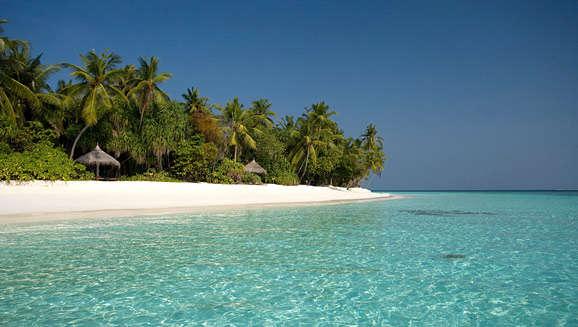 NO.8 棕榈度假酒店 Coco Palm Resort&Spa  从空中鸟瞰棕榈度假酒店,其新月形的可爱外形令人怦然心动。该酒店在设计上的突出特色是强调建筑风格与海岛环境协调一致,以满足游客挑剔的眼光。海滩别墅在私人花园的掩映下具有良好的私密性,是新婚夫妇夫度蜜月的绝佳选择。柔美的蓝色泻湖加上海滩上摇曳的棕榈树,不知谋杀了多少摄影师的菲林。海滩烛光晚餐、私密的花园浴室增添了棕榈度假酒店的浪漫色彩。  主要房型及参考价格:棕榈度假酒店拥有海滩及水上度假别墅数十间;根据季节的不同,房间参考价格从30
