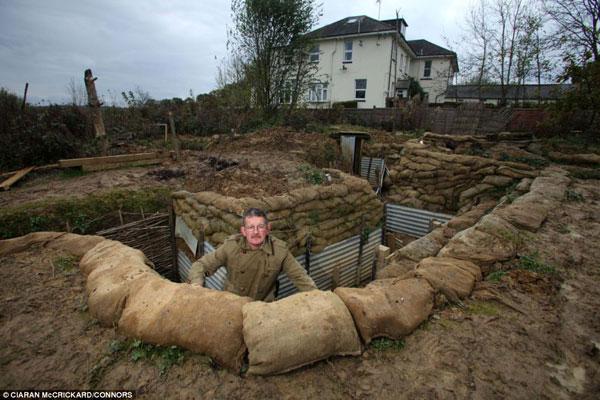 英男子为体验士兵生活后院修战壕