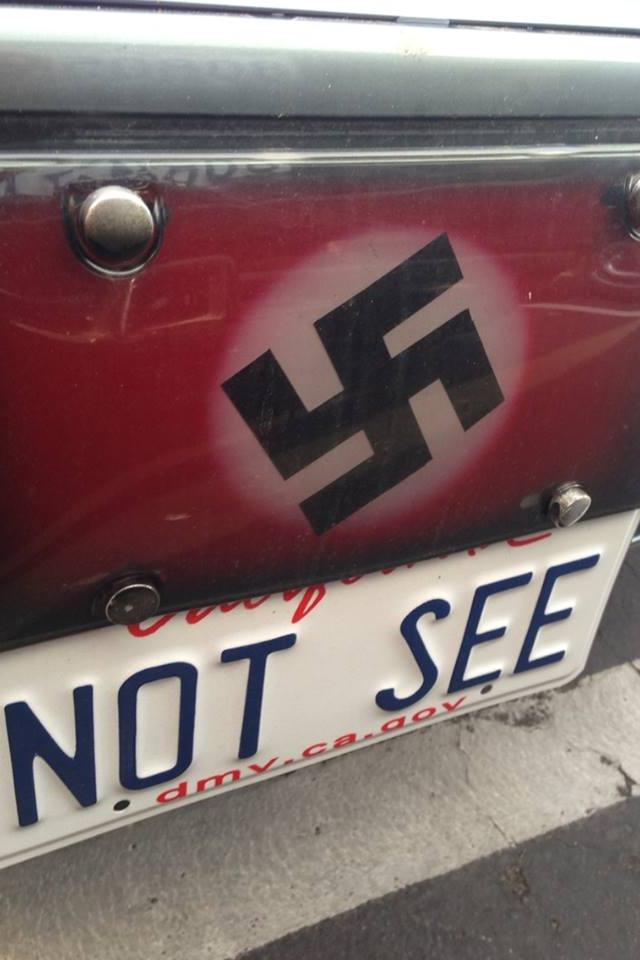 /enpproperty-->  美国加州惊现纳粹个性车牌。NOT SEE和纳粹标志上下呼应,意图昭然若揭。 据美国媒体11月14日报道,美国加州惊现纳粹主义车牌,曝光后引发强烈反响。  一位匿名观众给加州圣迭戈当地KGTV电视台发送了一张照片,照片中的个性车牌上写着NOT SEE(不要看)。  单就NOT SEE来说,这张车牌的意思并不明显;但车牌上方还有一个纳粹十字标志。要知道,英语中NOT SEE和NAZI(纳粹)发音相似,二者上下呼应,其纳粹主题昭然若揭