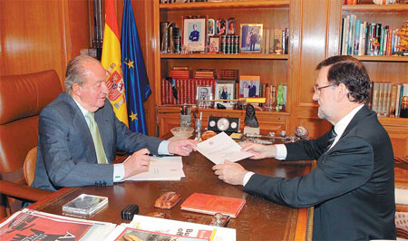 spain s king juan carlos left hands over a letter of