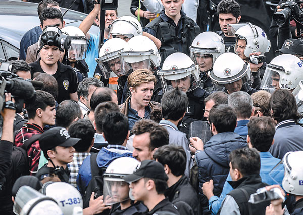 Turkish Riot Police Officers Detain Cnn Correspondent Ivan