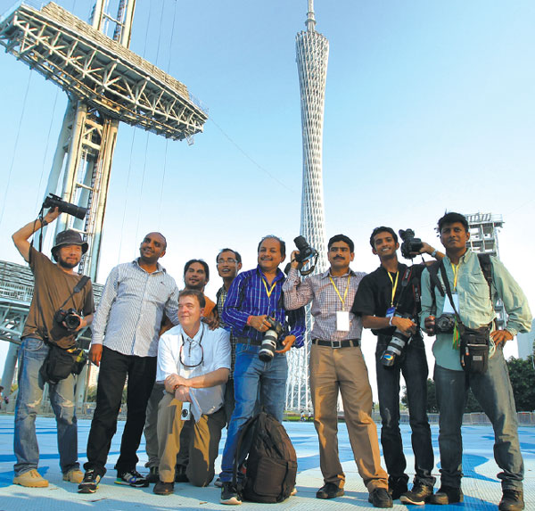 Journalists Pose For A Group Photo In Guangzhou A Gateway