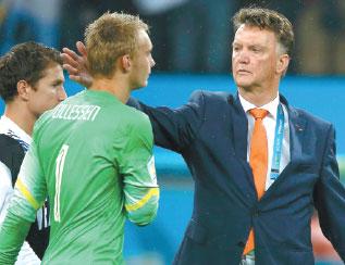 netherlands coach louis van gaal consoles goalkeeper ...