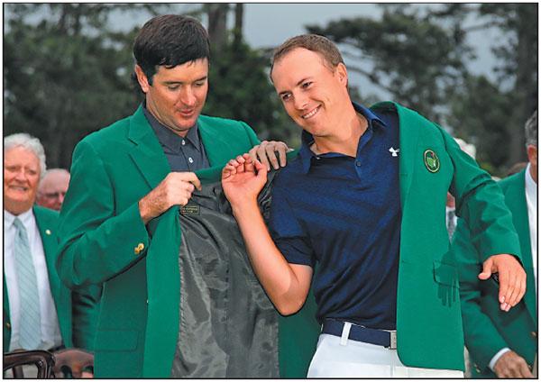 Bubba watson helps jordan spieth put on his green jacket after winning