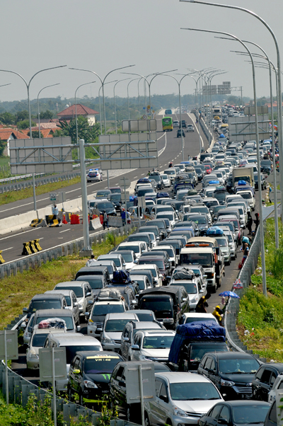 heavy traffic congestion at a major highway junction on july 2 in brebes indonesia agence france. Black Bedroom Furniture Sets. Home Design Ideas