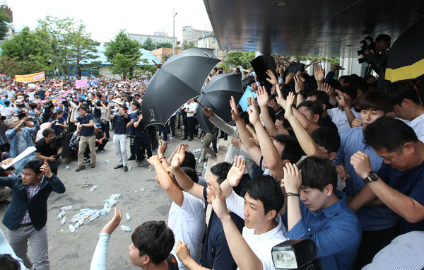 an angry mob throws eggs and water bottles at republic of korea prime minister hwang kyo ahn as. Black Bedroom Furniture Sets. Home Design Ideas
